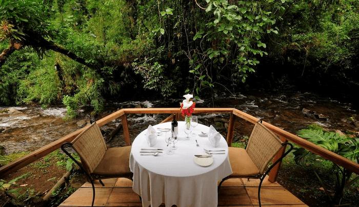 Dinner nahe am Fluss  Foto: El Silencio Lodge & Spa