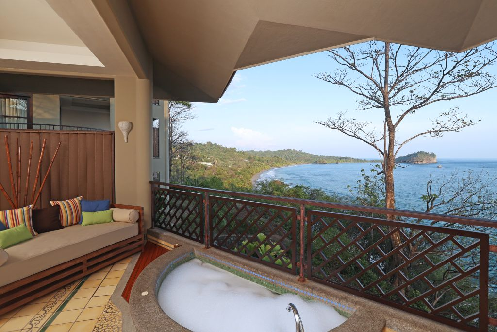 Zimmer mit Jacuzzi und Aussicht   Foto: Hotel Arenas del Mar Beachfront & Rainforest Resort