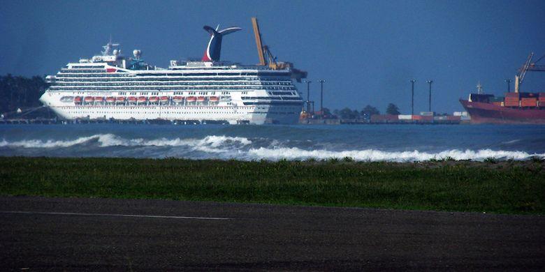 Schiffe im Hafen von Puerto Linón