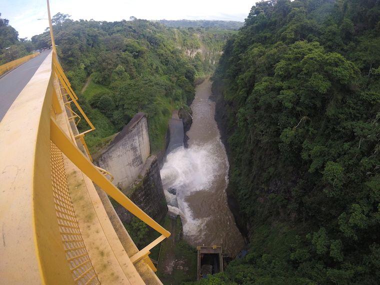 Cachí Staumauer und Orosi Fluss