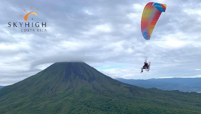 Mit dem Paramotor rund um den Arenal Vulkan